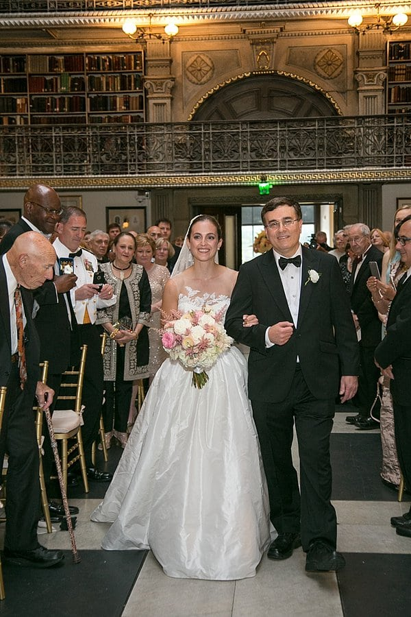 George Peabody Library wedding || Artful Weddings || Charm City Wed || www.charmcitywed.com